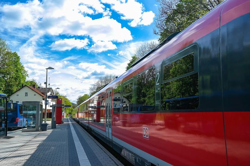Nach dem gescheiterten Börsengang vor einigen Jahren ist die Deutsche Bahn dennoch gern gesehener Gast am Kapitalmarkt. Denn man ist schon seit vielen Jahren recht aktiv, was Schuldverschreibungen angeht. Nun kommt das Unternehmen mit einer eigenen Premiere. Denn man platziert die erste Hybrid-Anleihe.